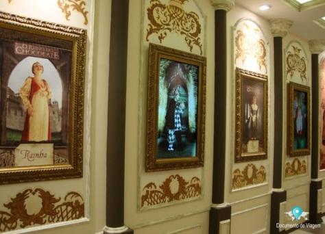 Galeria com quadros de reis e rainhas da Europa.