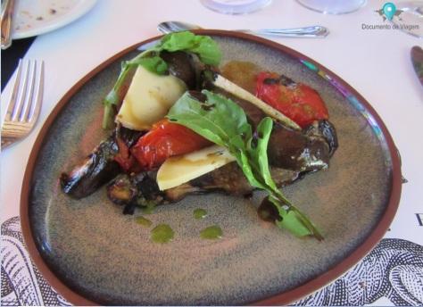 Salada de Berinjela e tomate grelhados, queijo e rúcula.