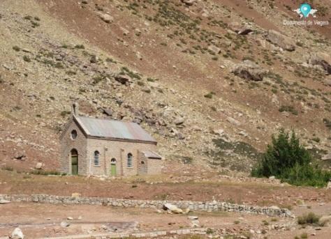 Capela colonial que permanece intacta até hoje em Puente del Inca
