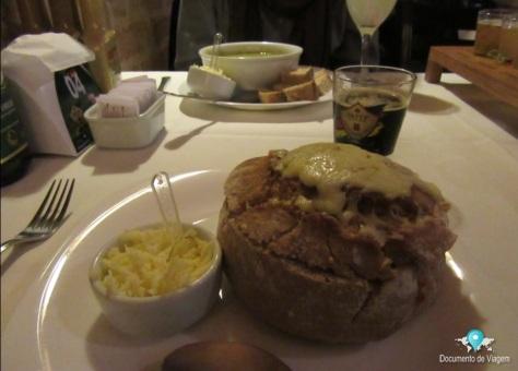 Sopa de mandioquinha no pão